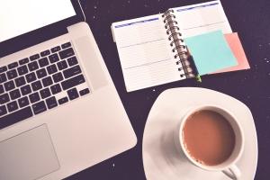 Auch ein schönes Bild mit Kaffee, Blog und Laptop.