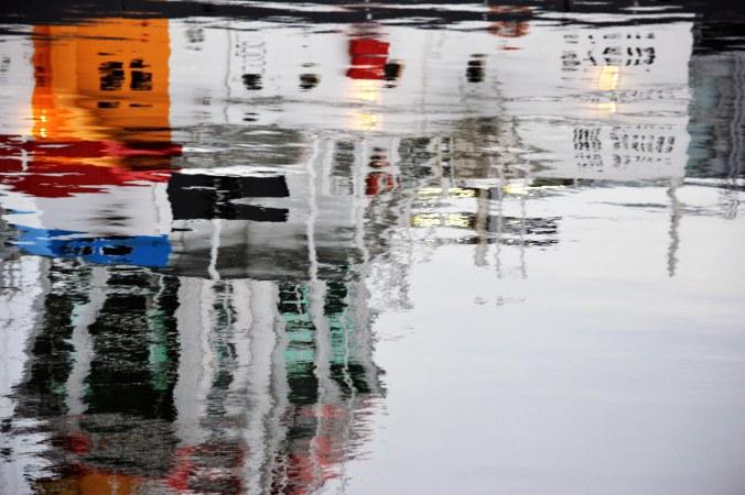 Schiff reflektiert im Wasser...